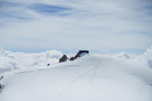 Auf der Zumsteinspitze mit Blick auf die Cabanna Margherita
